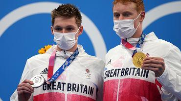 Tom Dean oraz Duncan Scott (Wielka Brytania) ze złotym i srebrnym medalem w pływaniu na 200 m stylem dowolnym