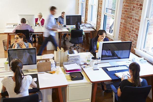 Jest dyrektorem, a zdarza mu się wezwać fachowca do naprawy klimatyzacji (fot: Shutterstock.com)