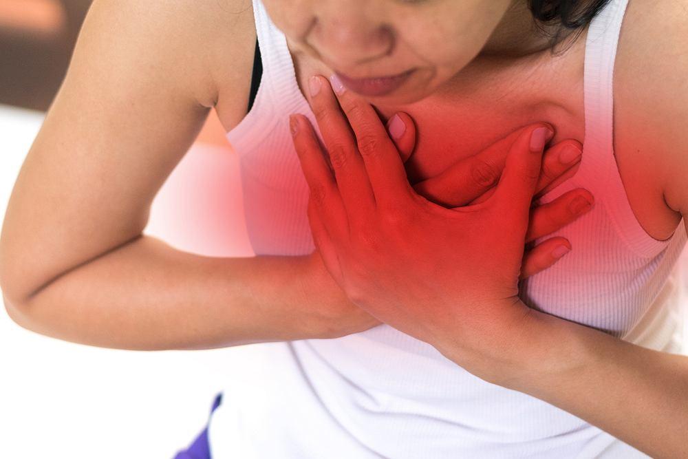 Dolegliwości typowe dla zapalenia opłucnej zazwyczaj pojawiają się nagle. Chorzy skarżą się przede wszystkim na kłujący ból w klatce piersiowej, który nasila się podczas wdechu