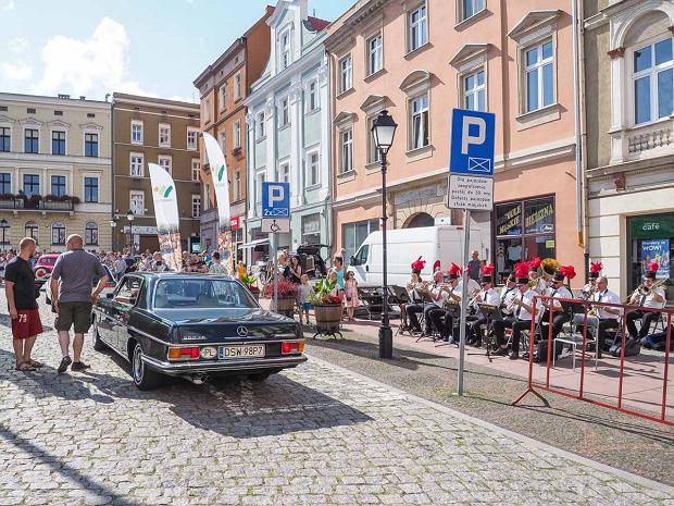 Zdjęcie numer 37 w galerii - Międzynarodowy rajd zabytkowych pojazdów na Rynku w Wałbrzychu. Było co podziwiać [ZDJĘCIA]