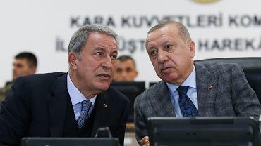 Prezydent Turcji  Recep Tayyip Erdogan (P) i Minister Obrony Turcji Hulusi Akar