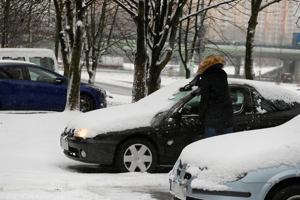 Odśnieżanie samochodu przy włączonym silniku jest zabronione