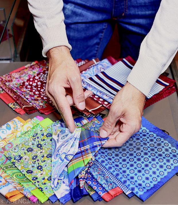 Dobrze dobrane dodatki jak pasek czy poszetka sprawiają, że strój nabiera charakteru.