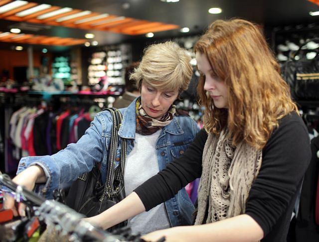 Jeśli chodzi o kupowanie ubrań, mamy chętnie zasięgają opinii swoich nastoletnich córek