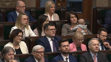 Exposé Mateusza Morawieckiego. Na sali plenarnej zasiadała posłanka PiS Anna Siarkowska z dzieckiem na rękach