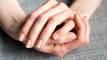 Posmaruj paznokcie pastą do zębów. To świetny trik, który z pewnością będziesz stosować