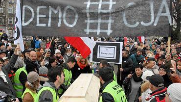 Manifestacja KOD w obronie demokracji na pl. Grunwaldzkim w Szczecinie. Tak było 11 grudnia