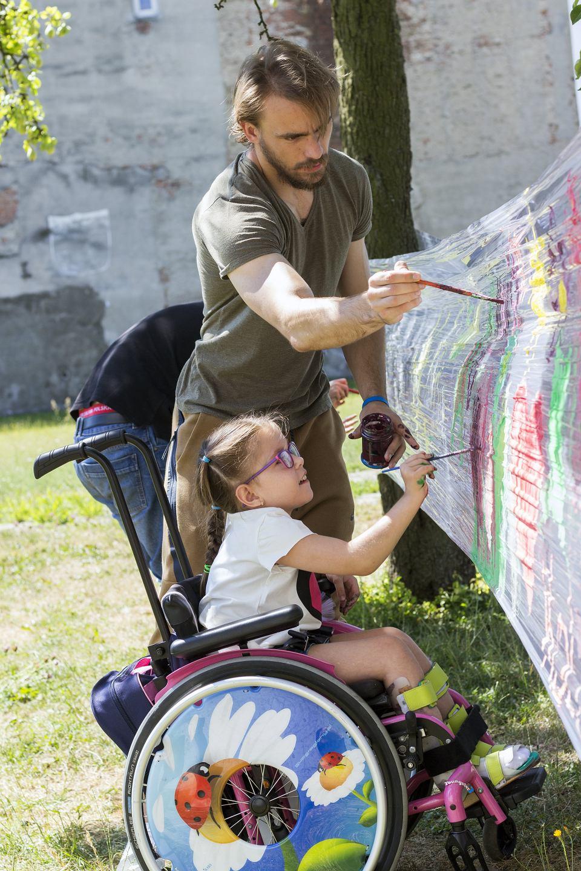 Wolontariusze firmy AmRest wspierają m.in. Fundację Pomocy Dzieciom 'Kolorowy świat' w Łodzi