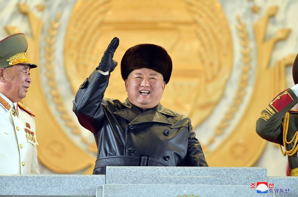 Korea Północna. Kim Dżong Un w czasie parady wojskowej na zakończenie zjazdu partii