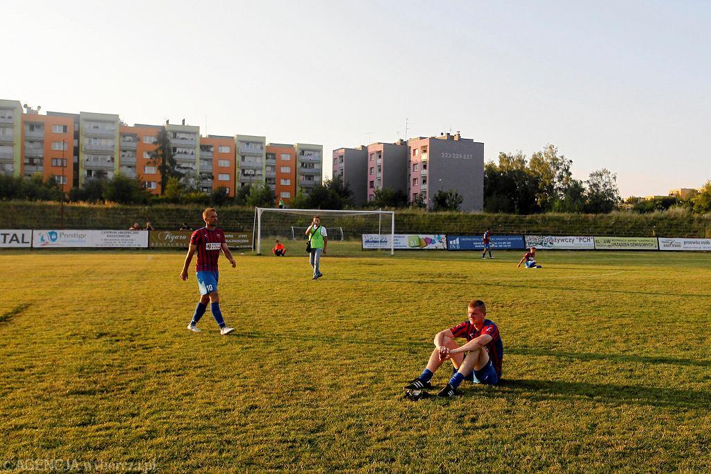 Ruch Radzionków wygrał barażowy dwumecz z Polonią Bytom o awans do trzeciej ligi. Pierwsze spotkanie zakończyło się remisem (1:1), ale w rewanżu lepsi byli piłkarze 'Cidrów' (2:1); bramki: 0:1 (Lachowski 21.), 1:1 Piecuch (70.), 2:1 Wojsyk (79. - rzut karny). Dla Ruchu był to ostatni mecz na stadionie w Stroszku, który był też areną zmagań w Ekstraklasie. Obiekt zostanie wyburzony.