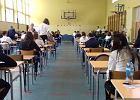 Egzamin gimnazjalny z przyrody i matematyki we wszystkich szkołach na Dolnym Śląsku. Rodzice przynieśli dla strajkujących nauczycieli kwiaty