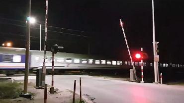 Krzesiny. Pociąg przejeżdża, a szlaban się nie zamyka. 'Gdybym nie zauważyła, już by mnie nie było' [WIDEO]