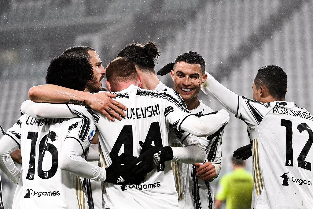 Juventus cieszący się z bramki na 2:0 w meczu z Romą