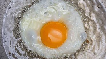 Jak zrobić idealne smażone jajko? Sekretnym składnikiem jest woda