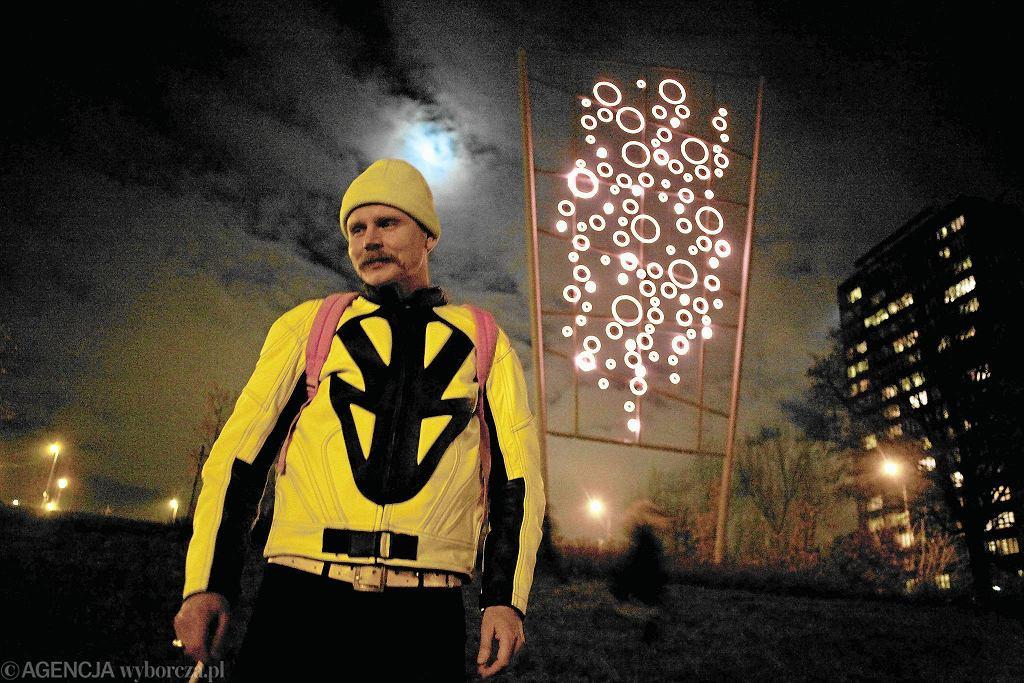 Maurycy Gomulicki na tle swojego neonu na Kępie Potockiej / FOT . ALBERT ZAWADA