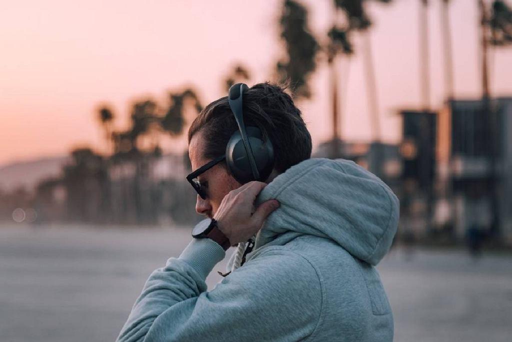 Świetne słuchawki z aktywną redukcją szumów w przystępnych cenach. Na jakie modele zwrócić uwagę?