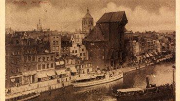 Adolf Feller był szwajcarskim przedsiębiorcą, który od 1899 r. zaczął zbierać pocztówki podczas podróży służbowych. Później dostawał je również od przyjaciół. Do 1930 r. zebrał aż 54 tys. pocztówek ze 140 krajów. W jego zbiorze jest również Gdańsk z lat 1907-1928. Zobacz, jak wyglądało wtedy miasto.