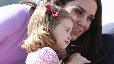Księżniczka Charlotte wygadała się w szkole, że księżna Kate jest w ciąży! Ale to jeszcze nie koniec. Tabloid zdradza szczegóły
