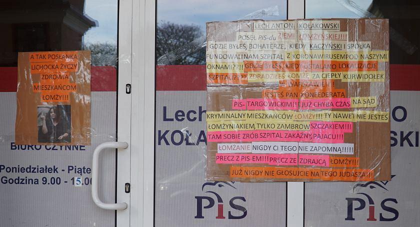 Łomża. Na drzwiach i oknach biura łomżyńskiego posła PiS Lecha Kołakowskiego w centrum Łomży pojawiły się napisy: 'Gdzie byłeś bohaterze, kiedy Kaczyński i spółka fundowali nam szpital z koronawirusem pod naszymi oknami?', 'Łomżanie nigdy ci tego nie zapomną'