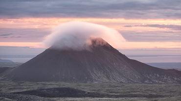 Islandia, Wulkan Keilir, zakryty chmurą.