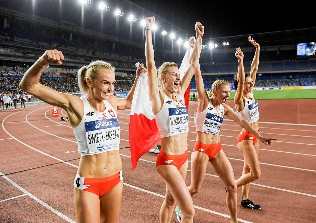 Złota polski zespół 4x400 m mistrzostw świata sztafet w Jokohamie. Od lewej: Justyna Święty-Ersetic, Patrycja Wyciszkiewicz, Małgorzata Hołub-Kowalik i Anna Kiełbasińska