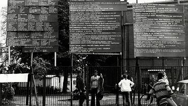 Sierpień '80. Postulaty szczecińskich stoczniowców spisane i wywieszone na bramie Stoczni Szczecińskiej im. Adolfa Warskiego