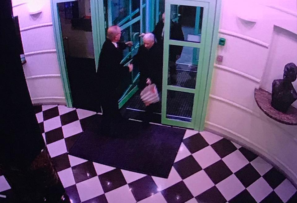 Jedno z kilku zdjęć z wizyt Jarosława Kaczyńskiego w apartamentowcu przy alei Szucha w Warszawie.