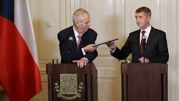 Prezydent Zeman przekazuje Babiszowi misję uformowania rządu, 31 października, kilka dni po wyborach, w których ANO Babisza zdobyło 78 miejsc w 200-osobowym parlamencie
