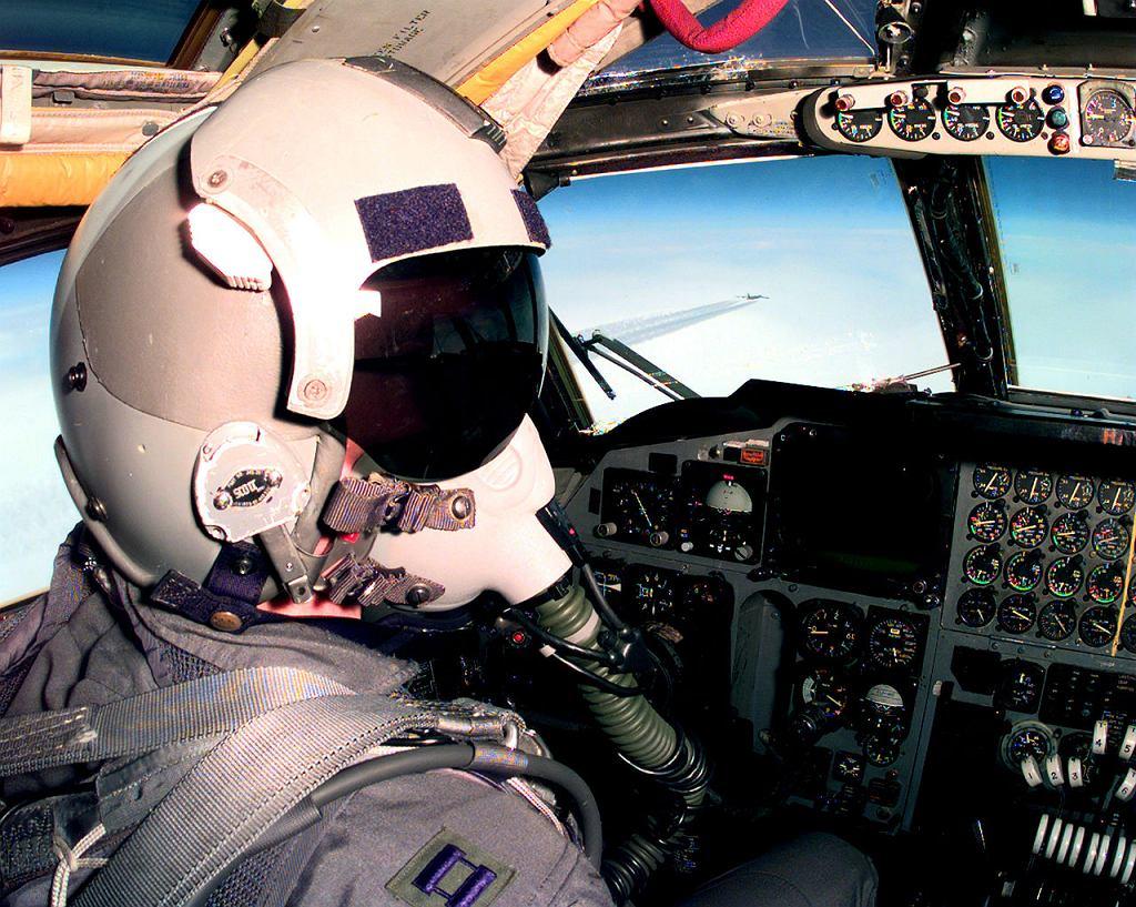 Pilot w kokpicie bombowca B-52H. Widać rzędy starych wskaźników analogowych, które wojsko chciałoby wymienić na cyfrowe ekrany