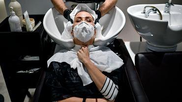 Od poniedziałku 18 maja będzie można znów wybrać się do fryzjera... Na zdjęciu: w Hiszpanii fryzjerzy wznowili działalność już od początku miesiąca. Pampeluna, 4 maja 2020