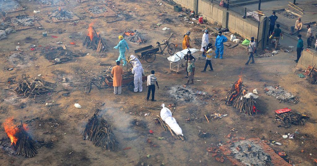 Prowizorycznie stworzone miejsce kremacji na parkingu w Nowym Delhi