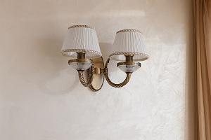 Kinkiety wewnętrzne - praktyczne i stylowe dodatkowe oświetlenie wnętrza