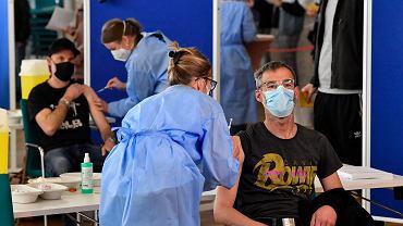 Niemcy walczą z koronawirusem. Na zdjęciu szczepienie preparatem AstraZeneca