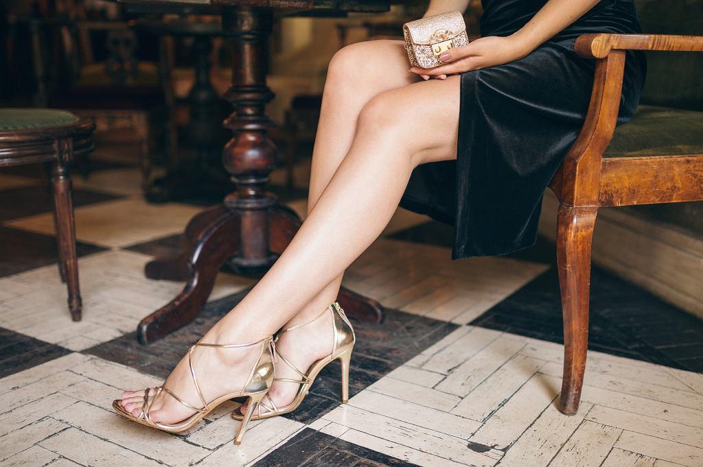 jasne sandały na szpilce