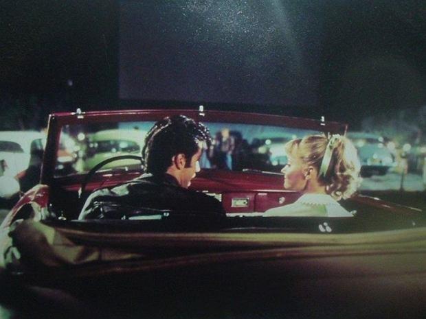 Film 'Grease' utrwalił obraz kin samochodowych jako miejsc idealnych na gorącą randkę / Fot. materiały dystrybutora