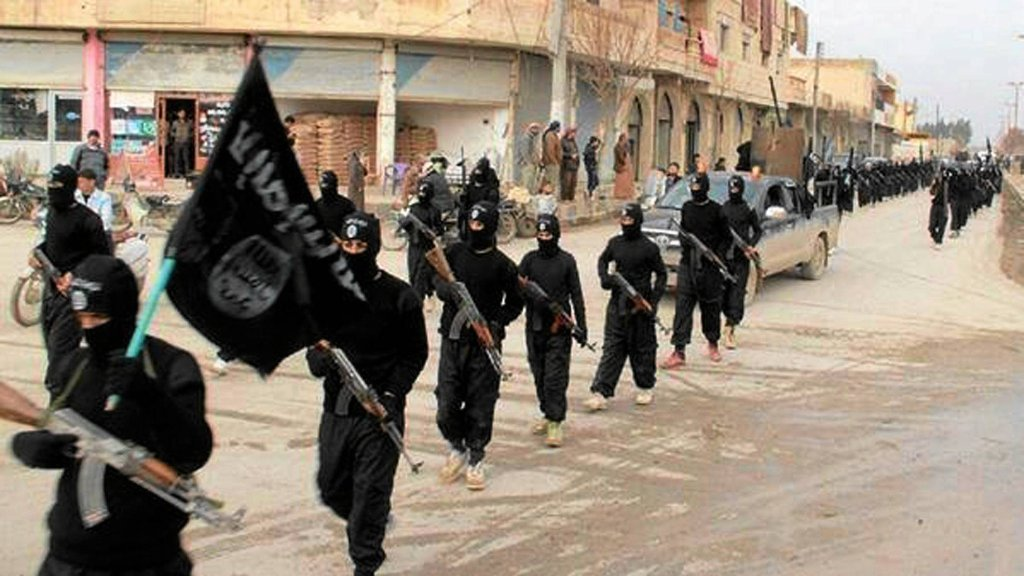 Członkowie Państwa Islamskiego maszerują przez Ragga w Syrii
