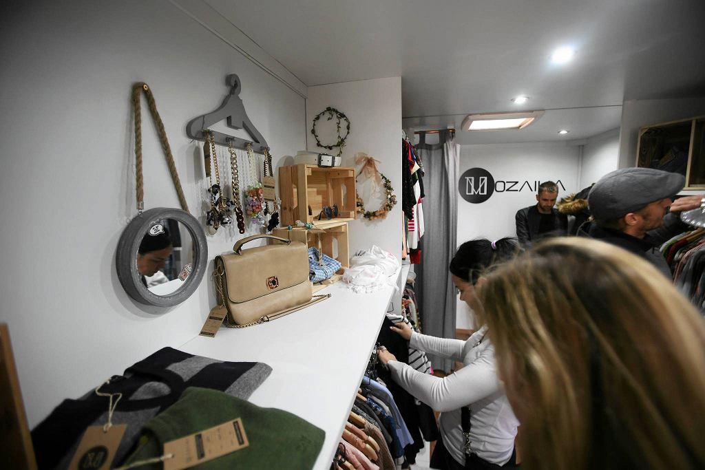 Mozaika Fashion Truck, czyli sklep z ubraniami na kółkach / Fot. Cezary Aszkiełowicz / AG