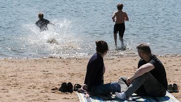 Plaża nad jeziorem Rusałka w Poznaniu w pierwszy majowy ciepły weekend w pandemii