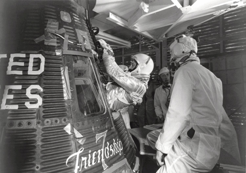 John Glenn wchodzi do kapsuły Friendship 7 przed pierwszym w historii amerykańskim orbitalnym lotem kosmicznym (fot. Wikimedia Commons / NASA)