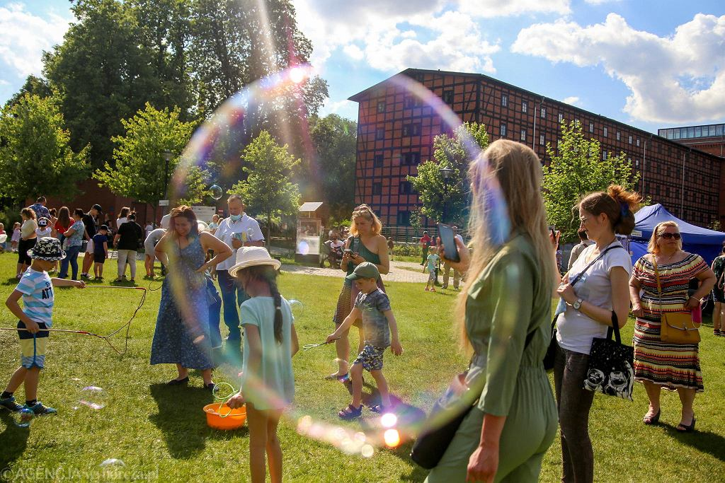 Bydgoski Dzień Bańki Mydlanej przyciągnął w sobotę (5 czerwca) na Wyspę Młyńską rodziny z dziećmi. Najmłodsi mogli wziąć miskę z płynem i samemu się pobawić, wchodzili też w środek gigantycznej bańki. Tak naprawdę w centrum Bydgoszczy pojawiły się tłumy, bo pogoda była słoneczna. Korzystali z innych atrakcji Wyspy Młyńskiej: możliwości wylegiwania się na trawie, moczenia nóg w międzywodziu, niektórzy po raz pierwszy zobaczyli też fontanny przy Młynach Rothera. Życie tętniło również na placu zabaw