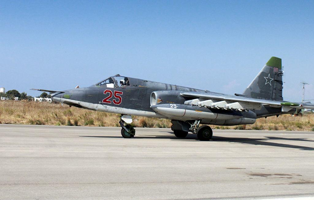 Rosyjski samolot SU-25 w bazie Hmeimim w Syrii.