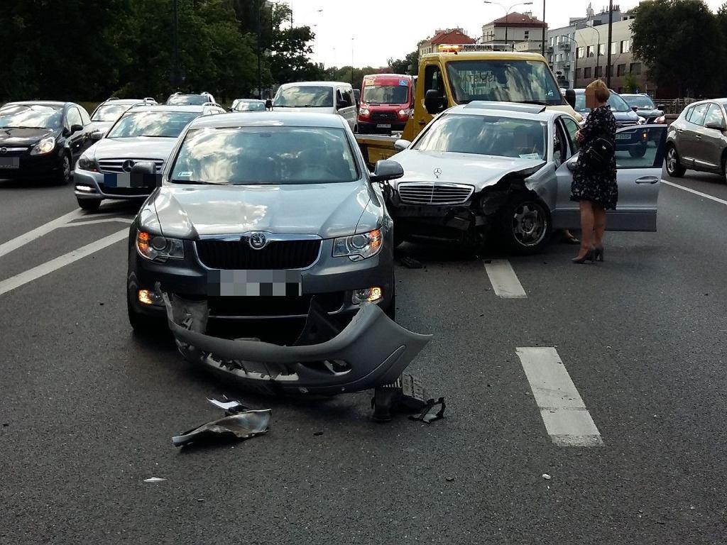 Kolizja trzech aut na Trasie Łazienkowskiej