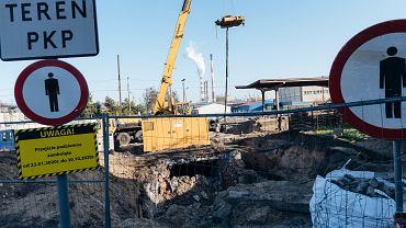 Zabytkowy peron PKP Kolonia Gdańsk podczas remontu