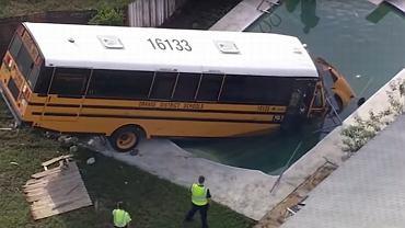 USA. Autobus miał zawieźć uczniów do szkoły. Zamiast tego, wylądował w basenie