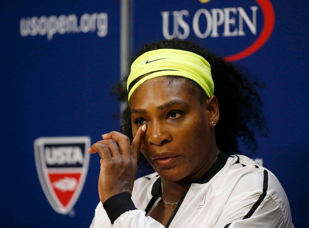 Serena Williams słucha pytania na konferencji po przegranym meczu półfinałowym