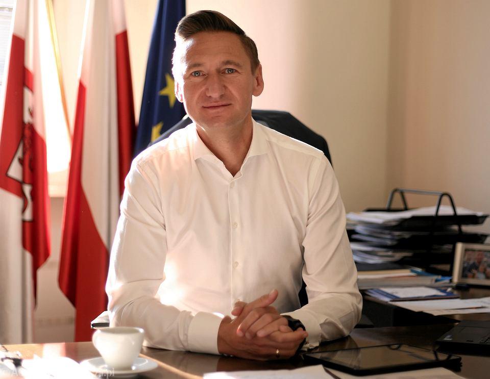 Marszałek województwa zachodniopomorskiego Olgierd Geblewicz w swoim gabinecie