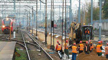 Rozkopany teren dworca w Pruszkowie - przeciąga się modernizacja torów na trasie Warszawa - Łódź