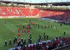 Skandal po awansie Widzewa! Kibole wbiegli na murawę i zaatakowali piłkarzy
