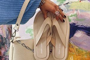 Na punkcie tych butów oszalał świat mody! Kiedyś nosiliśmy je tylko na basen, a teraz to najmodniejszy dodatek