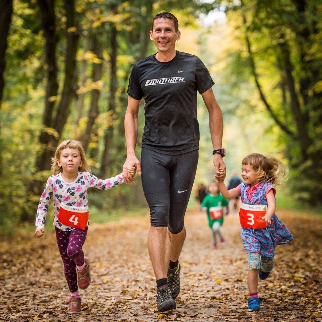 Andrzej Piotrowski, mąż Ewy, podczas zawodów City Trail z córkami: 6-letnią Łucją i 4-letnią Ludwiką